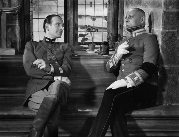 Captain Boeldieu (Pierre Fresnay) converses with captain von Rauffenstein (Erich von Stroheim).