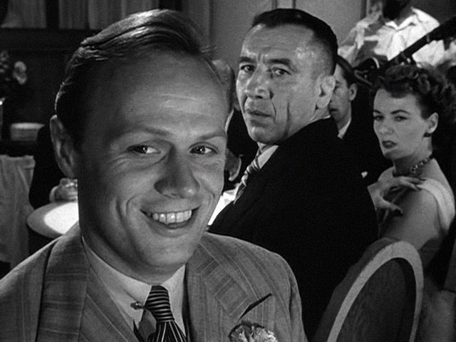 At a London nightclub, sly American hustler and con-man Harry Fabian (Richard Widmark) has plans to outwit The Strangler (Mike Mazurki) and his ruthless boss.