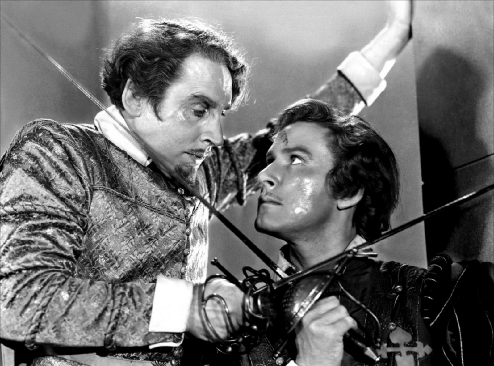 Traitorous Lord Wolfingham (Henry Daniell) crosses swords with English privateer Geoffrey Thorpe (Errol Flynn), captain of the Albatross.