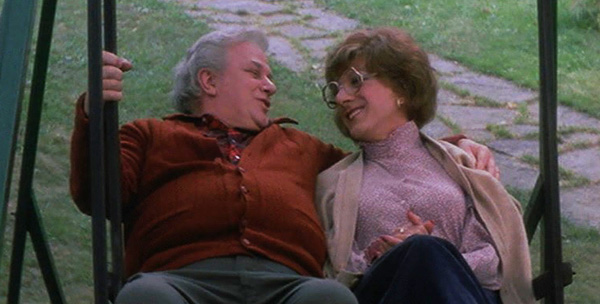 Julie's widowed father Les Nichols (Charles Durning) takes a liking to Dorothy Michaels (Dustin Hoffman).